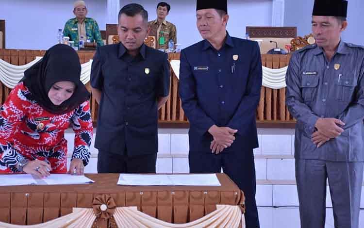 Penandatanganan persetujuan bersama Raperda APBD Seruyan tahun 2020, Kamis, 7 November 2019.