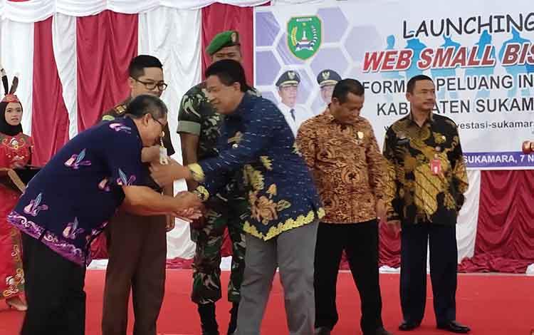 Wakil Bupati Sukamara, Ahmadi saat launching Web Small Bisnis dalam kesempatan itu dirinya menuturkan bahwa investasi adalah faktor yang penting terhadap pertumbuhan ekonomi