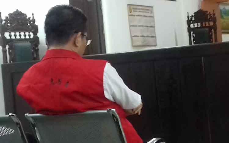 HF alias Her, terdakwa kasus miras, yang dituntut hukuman 5 bulan penjara dalam persidangan di Pengadilan Negeri Sampit.