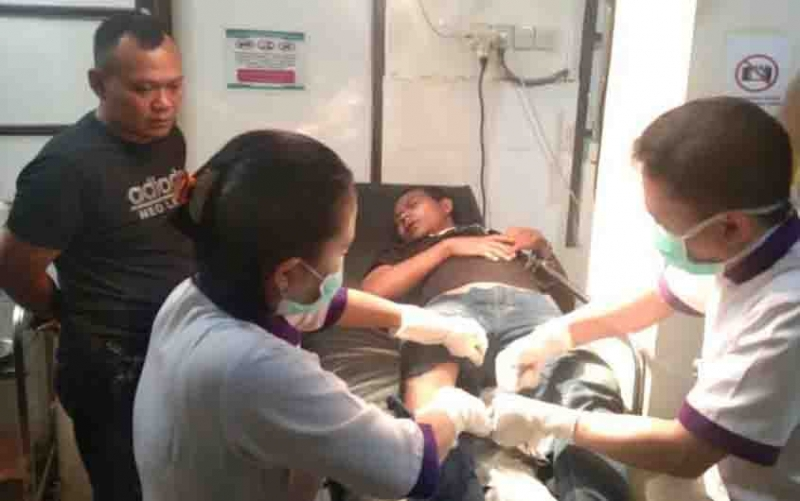 Pelaku pencurian sadis ditangani tim medis usai ditembak polisi, Kamis, 7 November 2019 malam.