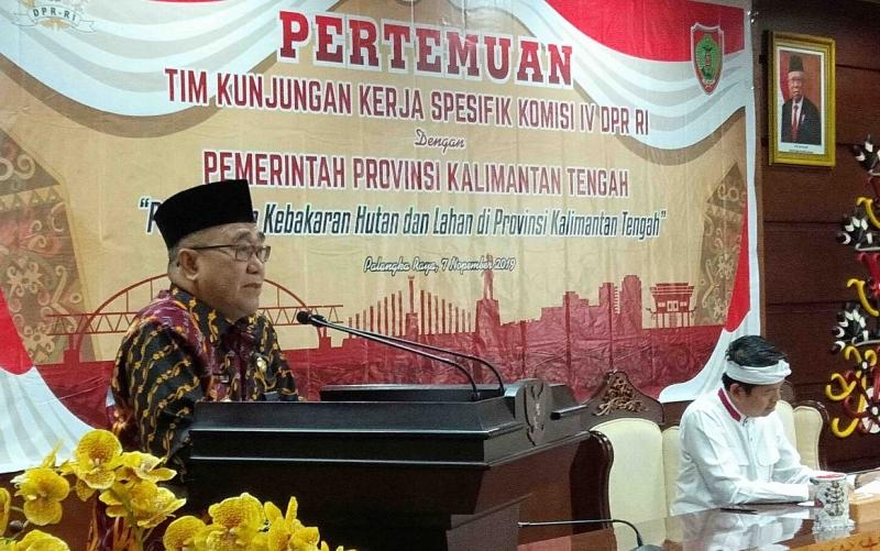 Asisten II Setda Kalteng Nurul Edy menyampaikan sambutannya pada pertemuan dengan Komisi IV DPR RI membahas penanganan karhutla, Kamis, 7 November 2019.