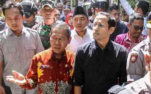 Menteri Pendidikan dan Kebudayaan meninjau SD ambruk di Pasuruan, Jawa Timur. (foto : ANTARA)