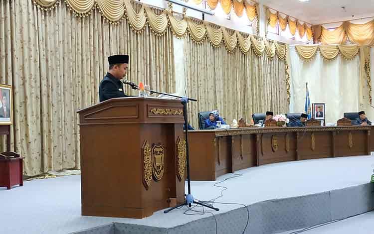 Juru bicara fraksi Gerindra DPRD Barito Utara, Muhammad Harris Fitriady saat menyampaikan pendapat akhir Fraksi Gerindra terhadap raperda APBD 2020, Kamis, 7 November 2019.