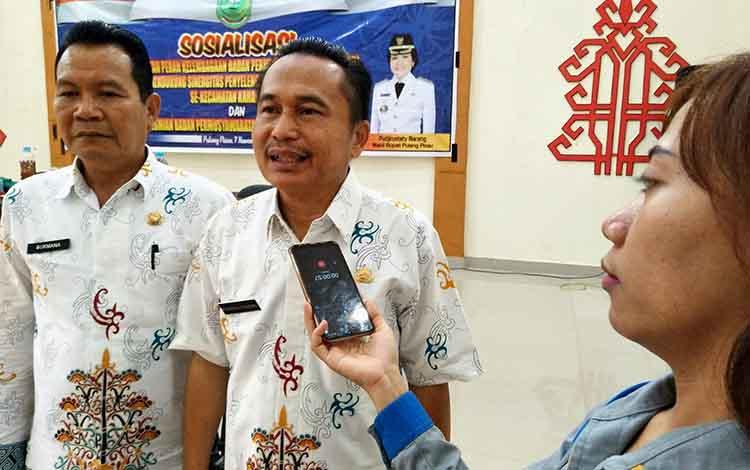 Asisten I Setda Pulang Pisau, Syaripul Pasaribu usai membuka acara sosialisasi penguatan peran kelembagaan BPD se-Kecamatan Kahayan Hilir dalam mendukung sinergitas penyelenggaraan pemerintah desa