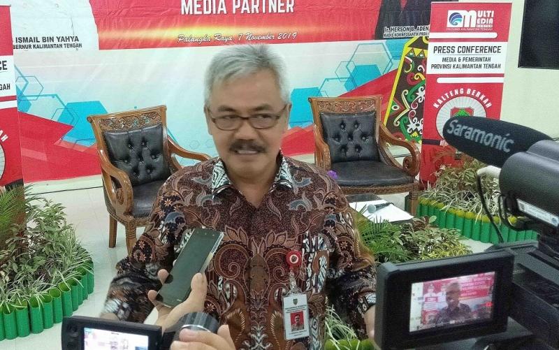 Kadis Kominfosantik Kalteng Herson B Aden memberikan keterangan kepada wartawan salah satunya bekaitan dengan pembinaan terhadap pelaku UMKM agar bisa menggunakan internet marketing.