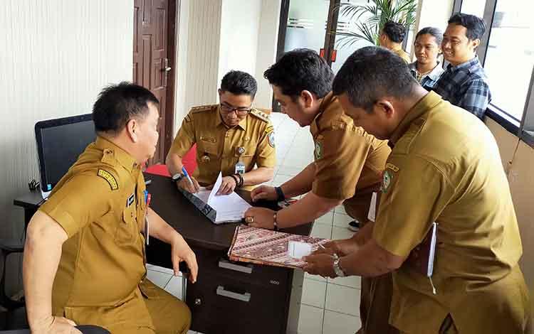 Bupati Kotim Supian Hadi bersama Sekda Halikinnor serta pejabat di Kotim saat bekerja. Supian ingin ada hotel yang dibangun di tepi Sungai Mentaya, Kamis, 7 November 2019.