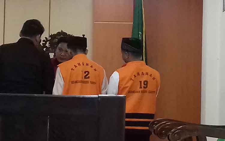 Yusuf Heriadi dan Herwanto (rompi orange) terdakwa kasus galian C ilegal menjalani sidang di Pengadilan Negeri Sampit