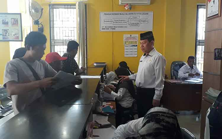 Kepala Disdukcapil Kobar Gusti M Imansyah melihat ruang pelayanan SPTJM untuk membantu masyarakat untuk mendapatkan akta kelahiran