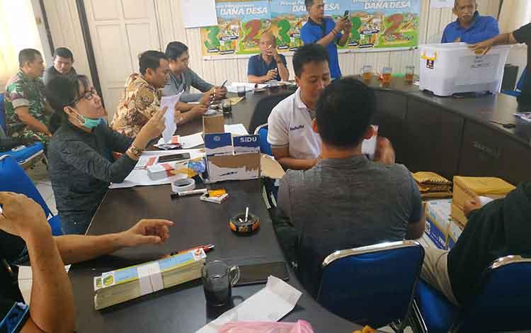 panitia Pilkades serentak Kabupaten barito Utara tahun 2019 saat melakukan penyortiran dan pelipatan surat suara.
