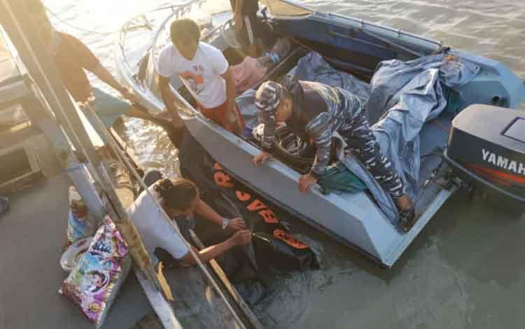 Evakuasi jenazah salah satu awak KM Berkat Barokah yang hilang sejak 4 Oktober 2019 dan ditemukan di Pantai Desa Sungai Cabang perairan Tanjung Puting 6 November 2019