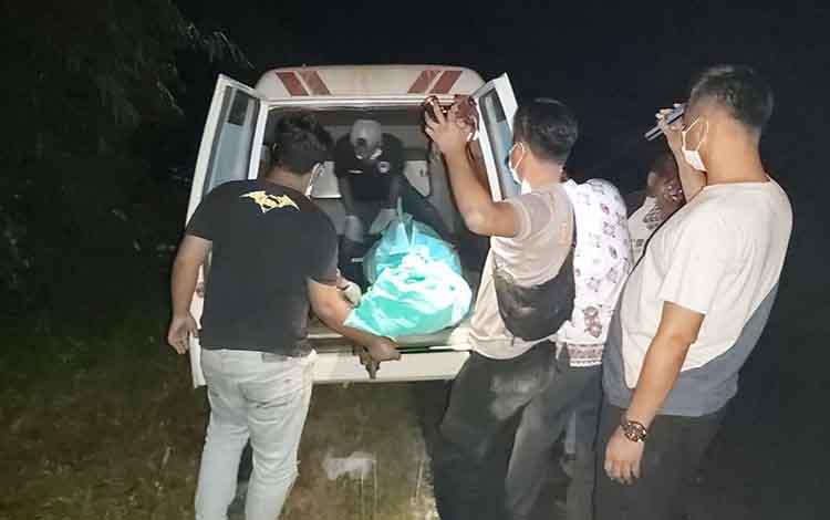 Anggota Polsek Permata Kecubung saat membawa mayat tersebut.