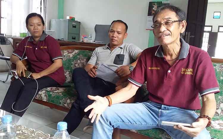 Kadis Dukcapil, Nakaria F Pundeh (paling kanan) bersama Kasi Perkawinan dan Perceraian Serta Kasi Penyajian dan Pengolahan Data Kependudukan