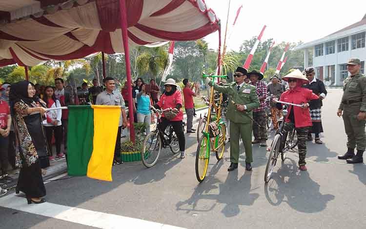 Yulistra Ivo Azhari Sugianto Sabran melepas komunitas sepeda pada peringatan Hari Anak Nasional di halaman kantor Gubernur Kalteng, Jumat, 8 November 2019