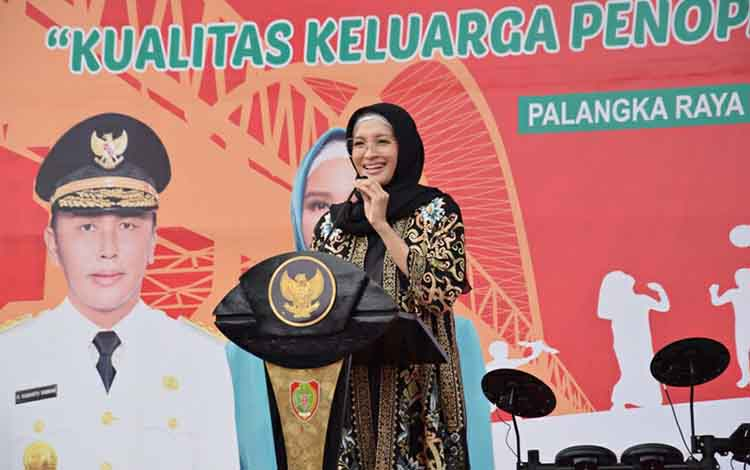 Yulistra Ivo Azhari Sugianto Sabran menyampaikan sambutan pada peringatan Hari Anak Nasional di halaman kantor gubernur Kalteng, Jumat, 8 November 2019.