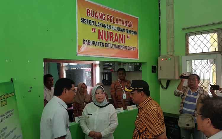 Bupati Kobar Hj Nurhidayah (tengah). Pemkab Kotawaringin Barat meminta seluruh SKPD terkait, dukung program perlindungan sosial.