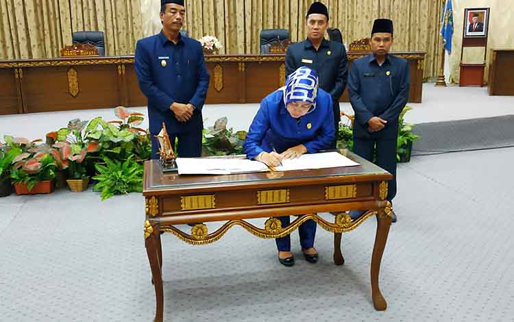 Ketua DPRD Barito Utara, Mery Rukaini menandatangani keputusan dewan tentang penetapan Propemperda 2020