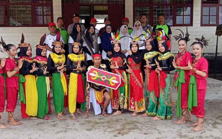 Para guru dan siswa foto bersama. Para guru ini akan mengikuti Porseni dalam rangka HUT PGRI Kabupaten Seruyan di kecamatan Pembuang Hulu
