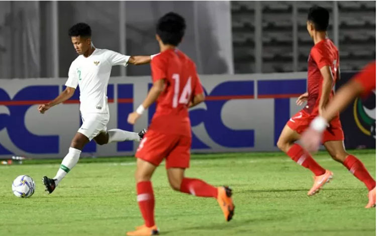 Pemain Tim Nasional Indonesia U-19 Amiruddin Bagas Arrizqi (kiri) menendang bola ke arah gawang Tim