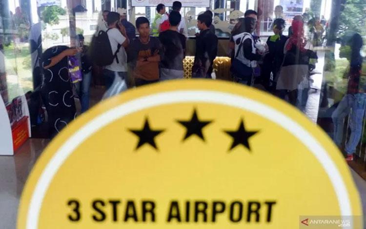 Sejumlah calon penumpang Sriwijaya Air melakukan protes kepada petugas karena penerbangan mereka dit