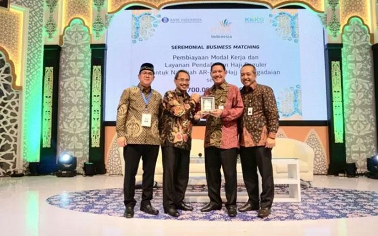 Penandatanganan kerja sama BRI Syariah dan Pegadaian dalam acara Festival Ekonomi Syariah di Surabaya. (HO BRI Syariah)
