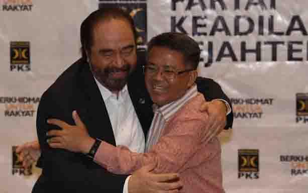 Ketua Umum Partai NasDem, Surya Paloh berpelukan dengan Presiden PKS, Sohibul Iman. (foto : tempo)