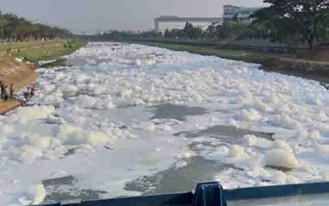 Busa putih nampak di aliran kali Banjir Kanal Timur. (foto : instagram @jktinfo)