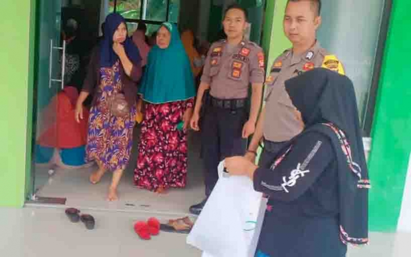 Personel Polsek Katingan Kuala melaksanakan pengamanan saat pembagian KKS dan BPNT.