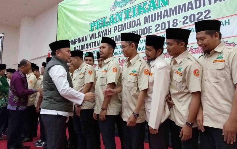 Gubernur Kalteng, Sugianto Sabran menyalami pengurus PW Pemuda Muhammadiyah yang baru dilantik.