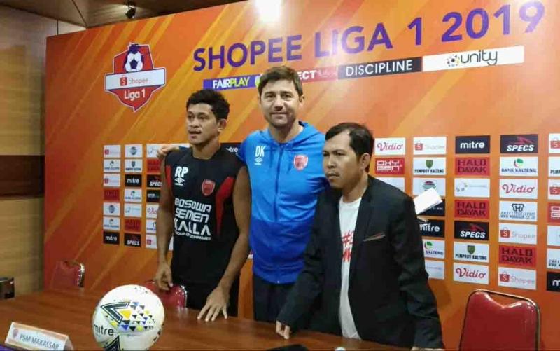 Pelatih PSM Makassar, Darije Kalezic (tengah) memberikan keterangan ke media, Sabtu, 9 November 2019.
