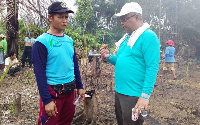 Ketua Kelompok Tani Suka Maju Desa Pangkan, Mardani (kiri) bersama Kadistanak Barito Timur.