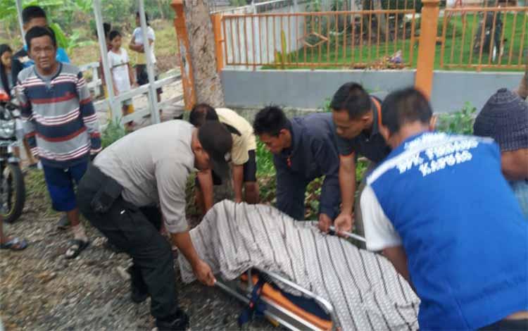 Korban seorang pengendara motor tewas setelah mengalami kecelakaan di jalan lintas Kalimantan, Kelurahan Dahirang saat dievakuasi, Minggu 10 November 2019
