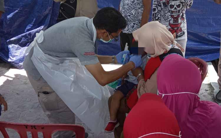 Petugas medis mengambil sampel DNA pembanding yaitu bucal mucosa menggunakan kapas dari bagian pipi dalam mulut anak Irwansyah yang masih balita, Minggu 10 November 2019