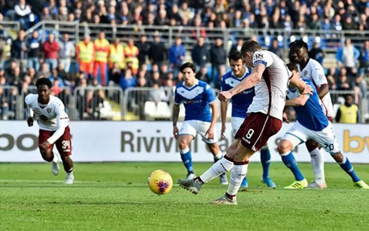 Penyerang Torino Andrea Belotti mengeksekusi penalti dalam pertandingan Liga Italia melawan Brescia
