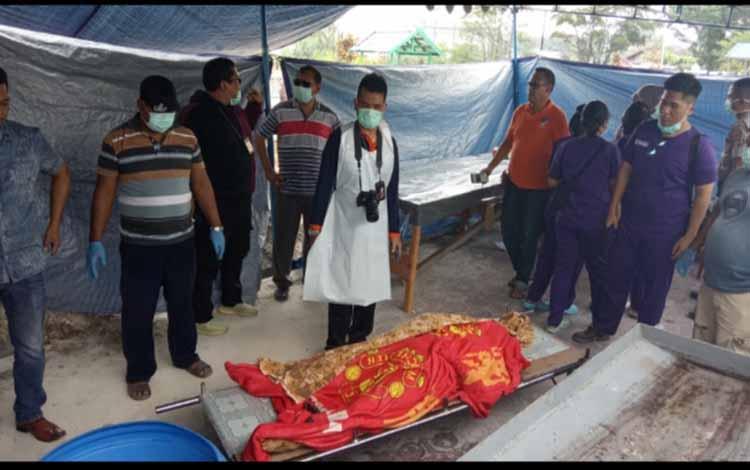 Persiapan visum korban pembunuhan di Desa Pandu Senjaya yang dilakukan di lokasi Pemakaman Sekip usai otopsi jenazah dua nelayan asal Kelurahan Mendawai, Minggu 10 November 2019