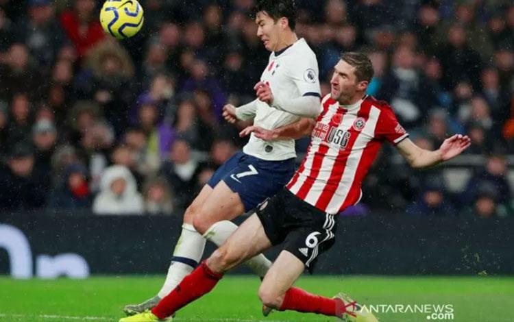 Bintang Tottenham Hotspur Son Heung-min (kiri) berduel dengan pemain Sheffield United Chris Basham dalam lanjutan Liga Inggris di Stadion Tottenham Hotspur, London, Inggris, Sabtu (9/11/2019). (ANTARA/REUTERS/Andrew Couldridge)