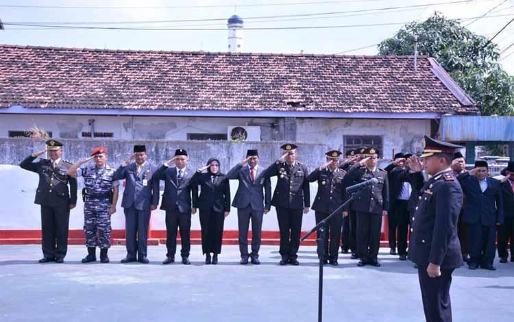 Wakapolres Seruyan Kompol Timur Santoso memimpin upacara ziarah nasional dalam rangka Hari Pahlawan, Minggu, 10 November 2019