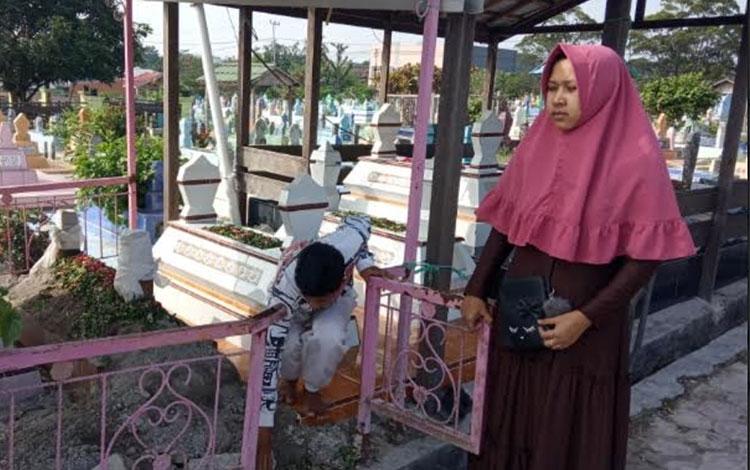 Isteri korban Subanrio saat berada di lokasi otopsi ulang di pemakaman Sekip Pangkalan Bun, Minggu,
