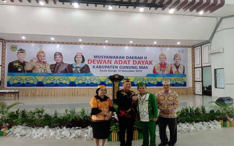 Bupati Gunung Mas,  Jaya S Monongberjabat tangan dengan Ketua DAD Provinsi Kalimantan Tengah diacara pembukaan Musda, Minggu 10 November 2019