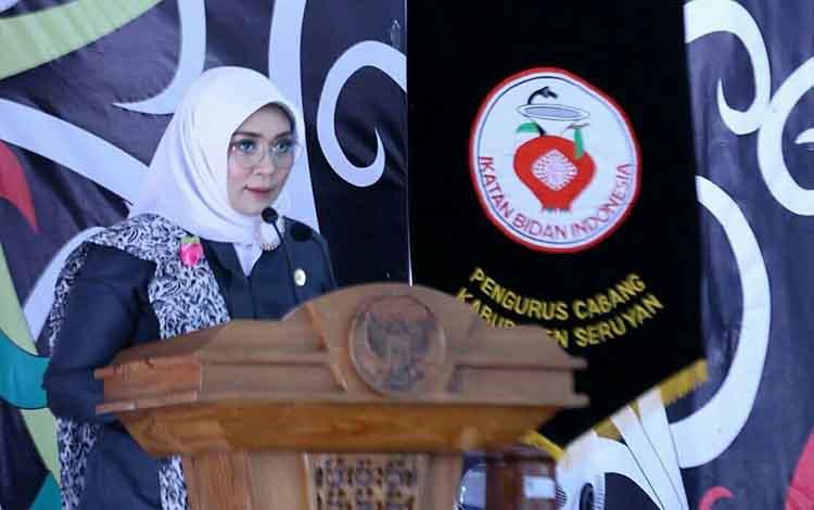 Isnaniah Ketua Pengurus CabangIBI Kabupaten Seruyan saat memberikan sambutan