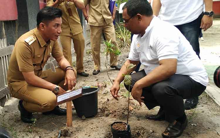 Bupati Kotim Supian Hadi bersama Wakil Gubernur Habib Said Ismail, saat menanam pohon di salah satu tempat umum di Sampit. Bupati Kotim mengajak masyarakat untuk membudayakan menanam pohon, Senin, 11 November 2019.
