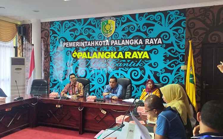 Anggota Komisi A DPRD Kota Palangka Raya, Reja Framika (tengah) saat menghadiri rapat pemko dan pedagang Flamboyan Atas.
