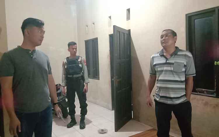 Oknum polisi berinisial T saat digrebek oleh petugas kepolisian Polresta Palangka Raya, Senin 11 November 2019.