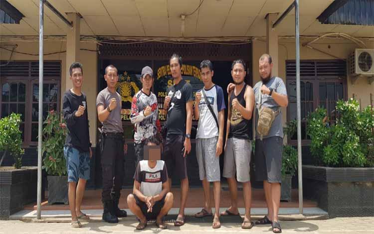 Puslan (27) diamankan anggota Polres Barito Timur dan Polsek Dusun Tengah. Pelaku ditangkap karena diduga mencuri buah kelapa sawit di Kabupaten Seruyan