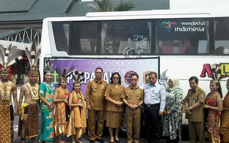 Bupati Katingan Sakariyas dan wakil bupati Sunardi Litang foto bersama usai penyerahan bus sebagai transportasi selama Pesparawi.