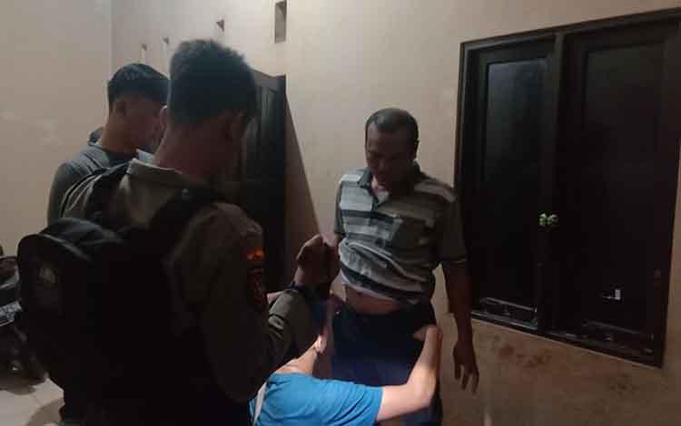 Oknum polisi yang lakukan pesta miras saat digrebek oleh petugas kepolisian Polresta Palangka Raya dirumah milik oknum TNI, Senin 11 November 2019 dini hari tadi.