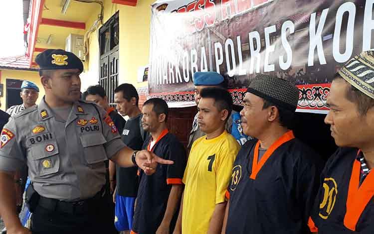 Kabag Ops Polres Kobar Boni Ariefianto saat mengintrogasi tersangka kasus narkoba. Saat ini aparat Polres Kobar terus meningkatkan teknik penyidikan untuk mencegah masuknya narkoba