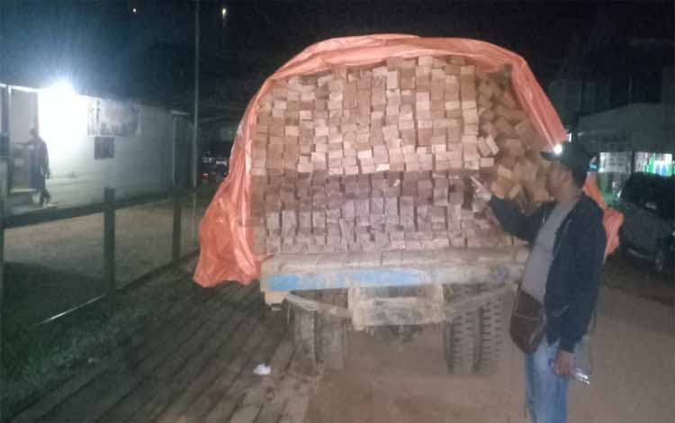 Polisi mengamankan sopir truk pengakut 373 potong kayu ulin dan meranti olahan ilegal