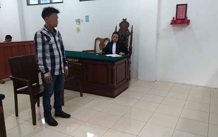 Majri berdiri mendengar putusan majelis hakim selama 4 tahun karena kepemilikan sabu