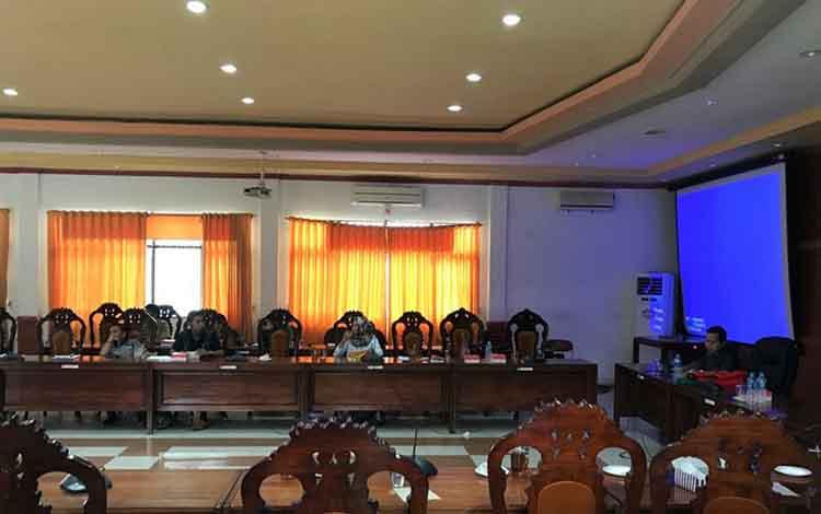 Suasana saat DPRD Kapuas rapat membahas sinkronisasi dan rasionalisasi KUA PPAS 2020 di ruang rapat gabungan, Senin sore 11 November 2019