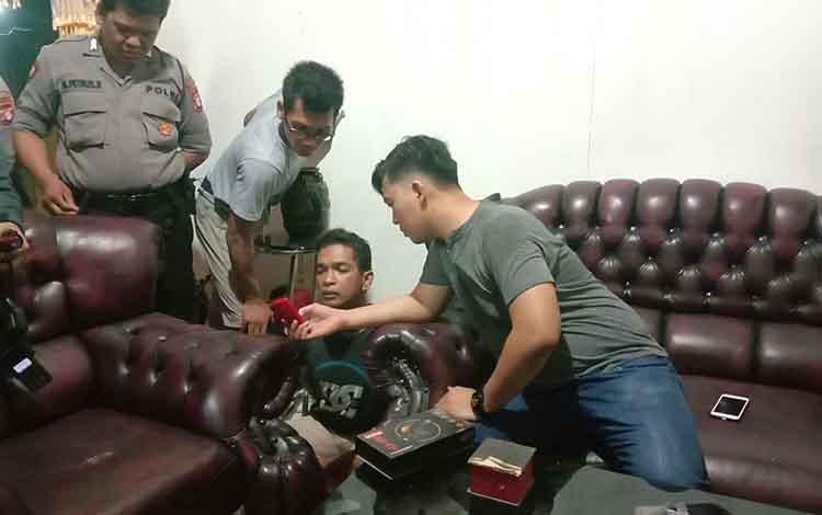 Anggota Polresta Palangka Raya saat mengamankan 1 dari 4 pelaku penyalahgunaan narkoba, Senin 11 November 2019